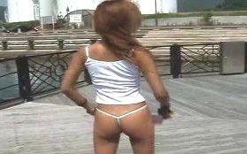 湘南海岸を超ミニスカ・ノーパンで散歩してる黒ギャルの露出動画