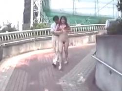真昼間にオールヌードで散歩する巨乳お姉さんの野外露出エロ動画