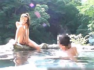 混浴露天風呂で変態露出狂女が居合わせたオジサン達と3Pファックw
