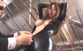 捕われた巨乳捜査官がボディスーツ姿で拘束拷問されるエッチ動画