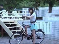 サドルにバイブ装着してるアクメ自転車に素人娘を乗せた結果wエロ企画動画