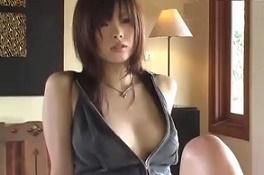 現役グラビアアイドルが魅せた無防備な股間と胸元♪エッチ動画