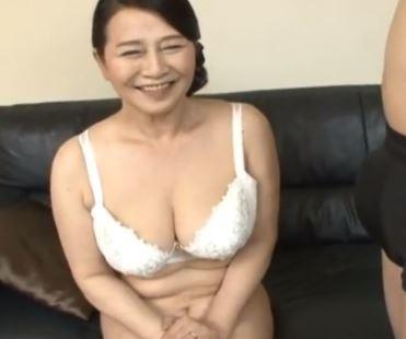 初AV出演で男優のデカチンに欲情した還暦熟女の本気イキSEX動画