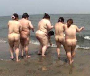素人ぽちゃエロ動画で超豊満ぽちゃ熟女たちが海で全裸になり大はしゃぎしてるぞ