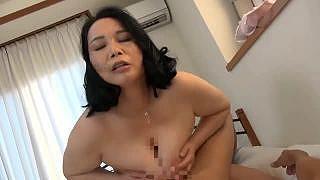 爆乳の熟女が他人棒をパイズリして正常位でハメ捲くりエッチ動画