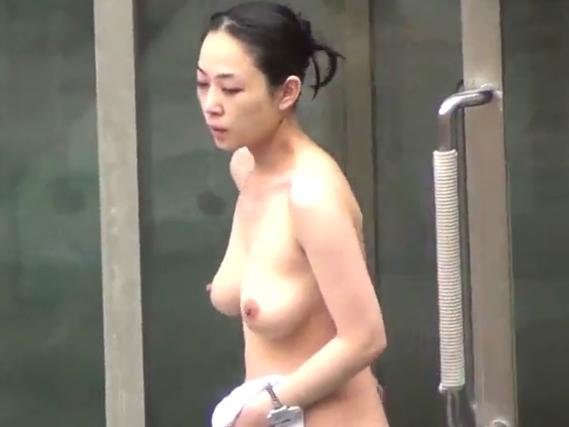素人盗撮とある露天風呂で巨乳な美人妻の全裸ヌード隠し撮りしたエロ動画