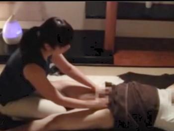 出張マッサージで働く人妻さんが客のチンポに興奮して本番・SEXのスケベ動画