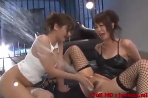 レズビアンがビチョビチョになって大量に潮吹きしてるエッチ動画