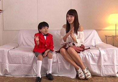 美人お姉さんが小学生の男の子にマンコ舐めさせる逆にやばい動画
