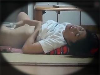 素人JCが学校から家に帰ってきた後にオナニーし捲ってる盗撮動画