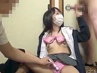 尻軽ヤリマンな素人がJK制服を着て乱交姿をネットで生配信した動画