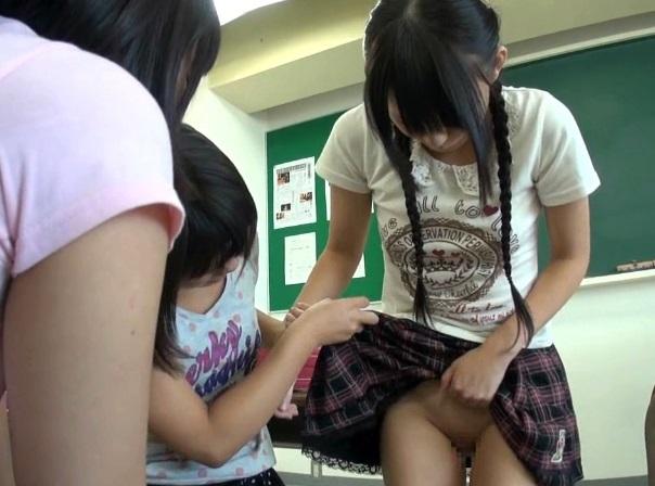 小学生の男女が教室でマンコやチンポを見せっこしてるやばいJS動画