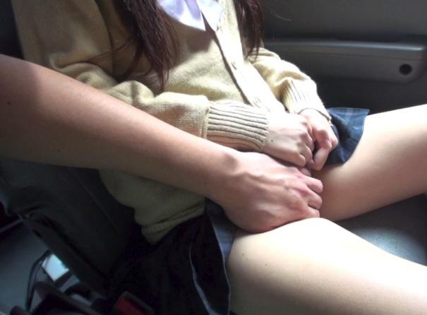 ミニスカJKと援交で車で手コキとフェラチオで口内射精の動画