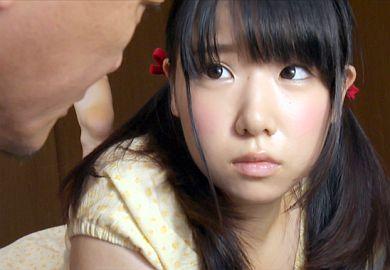 再婚相手の連れ子であるJC娘の処女を奪うロ●コン義父の近親相姦動画