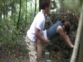 露出プレイで感じる熟女が公園でオナニーしてSEXする素人動画