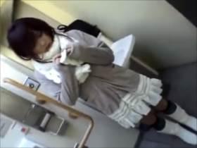トイレで周囲を気にしながらフェラチオで口内射精するエッチ動画
