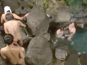 混浴露天風呂でキレイなお姉さんにデカチン見せつけ誘惑して即ハメ