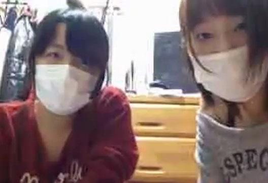 中学生の仲良し女子がマスクで顔隠しライブチャットでエロ配信