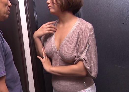 お隣の人妻がノーブラ誘惑してきて我慢限界な素人男性の個人撮影SEX動画