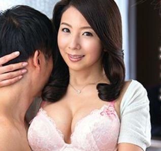 人妻が男を連れ込みパイズリとフェラで精子を搾り取るエッチ動画