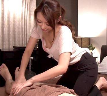 出張マッサージのお姉さんが胸チラして誘ってる素人セックス動画