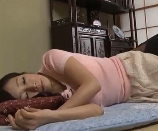 五十路の熟女が若い子に迫られセックスしちゃう素人エロ動画
