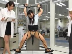 クリトリスに電マをあて続けるとどうなるかを女子社員を拘束して実験