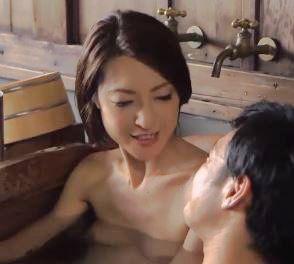 息子とお風呂に入ってフェラしちゃう美熟女お母さん近親相姦エロ動画