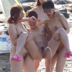 【素人☆盗撮】人気のないビーチの穴場スポットで仲のいい素人の女子大生4人が裸になって開放的になりすぎて4人そろって立ちションしてるおふざけの隠し撮り盗撮がマジで大胆だぁ(笑)ww
