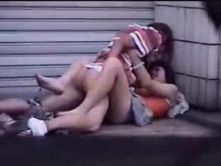 【素人★盗撮】若いカップルが道で話してるうちにムラムラしてエッチ始めちゃったーwww若いときってガマンできないよねぇーwww