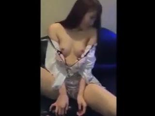 カラオケ店で彼女に手コキさせてフェラ抜きしてるスマホ動画を投稿|しろスポ|エッチな素人動画